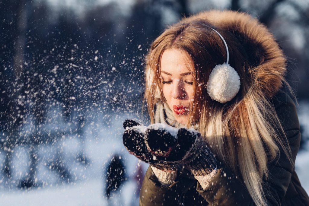 Woman blowing snow - Skinora